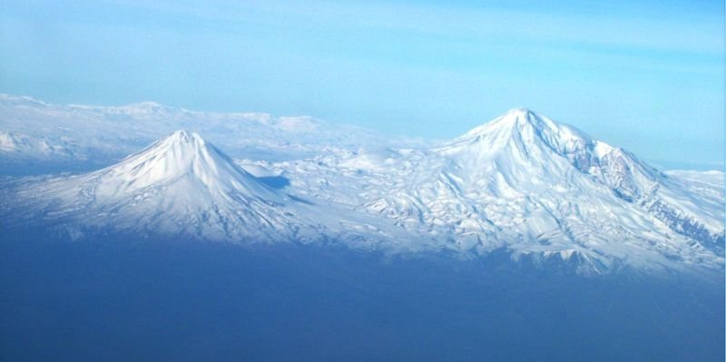 Agry(ararat)_view_from_plane_under_naxcivan_sharur.jpg